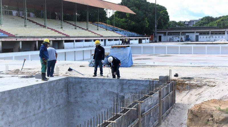 Após dois anos, piscina olímpica chega e montagem começa em maio