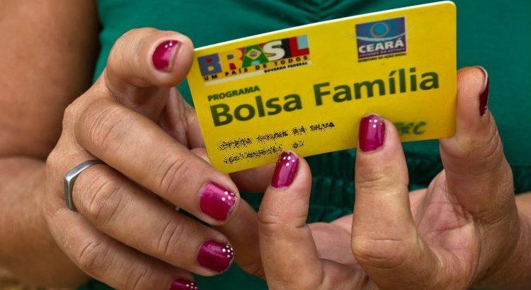 """Bolsonaro paga """"13º salário"""" do Bolsa-Família de hoje até dia 23"""