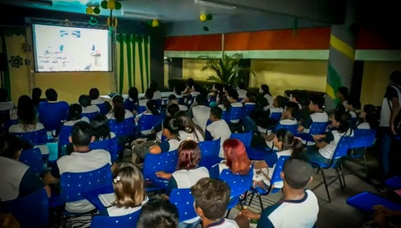 Cinemas, universidades e escolas privadas reabrem nesta segunda