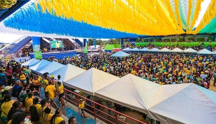 Coarienses lotam Centro Cultural no primeiro jogo do Brasil na Copa