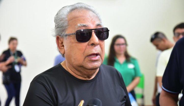 Diabetes sob controle, Amazonino deixa hospital em São Paulo