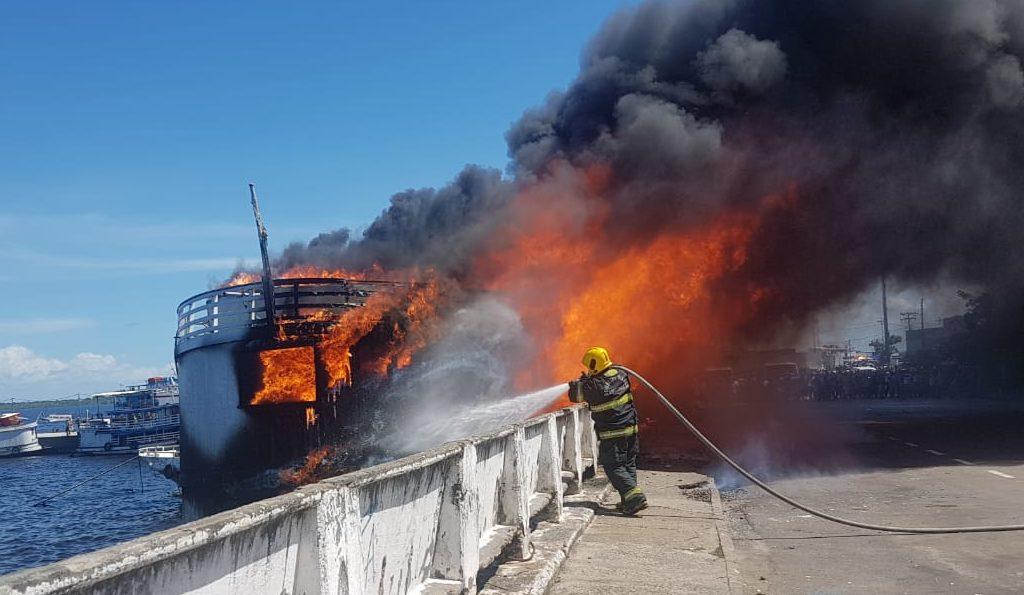Incêndio barco Manaus Moderna