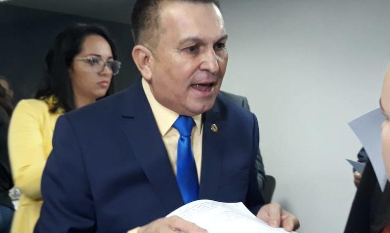 """Sabá diz que governo promove """"roubalheira"""" em contratos"""