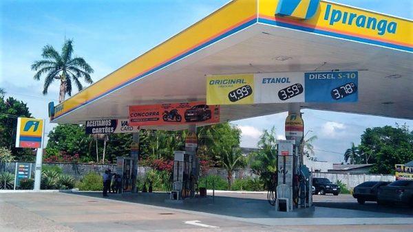 Queda do preço da gasolina às refinarias não chega ao consumidor