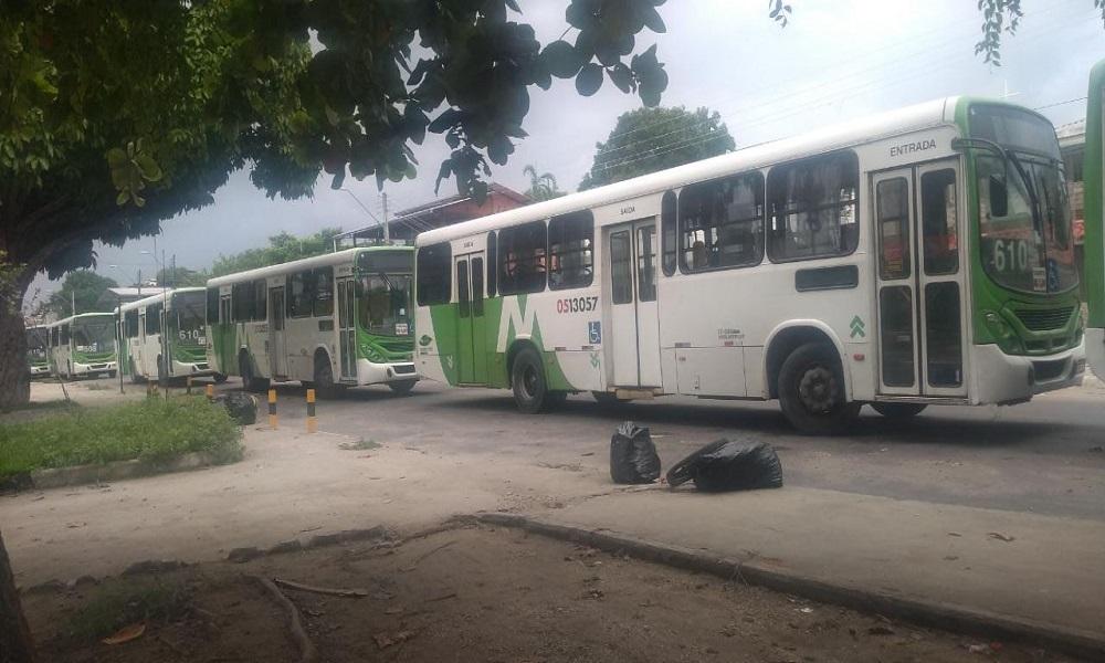 Sem o 13º, motoristas param ônibus e deixam população na mão
