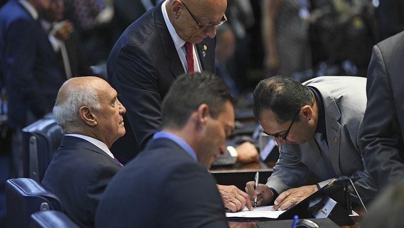 Senado tem projeto com 44 rubricas para extinguir votação secreta