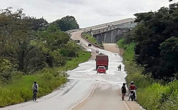 Enchente do ano já inunda cabeceira de ponte no Madeira
