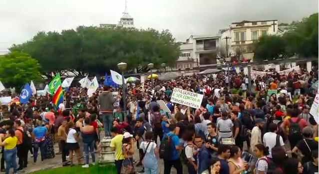 Três mil protestam em Manaus contra bloqueio de verbas pelo MEC
