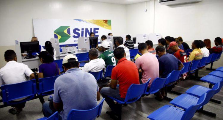 Desemprego cai de 12,7% para 12% no trimestre, aponta IBGE