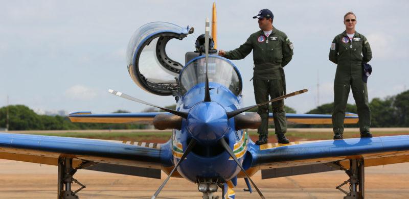 Bolsonaro diz que falta de recursos diminuirá expediente de militares