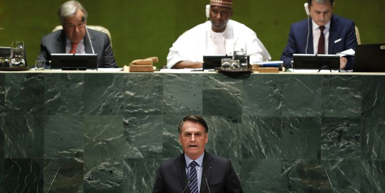 Bolsonaro dispara contra Macron, Cuba, Venezuela e nega queimadas