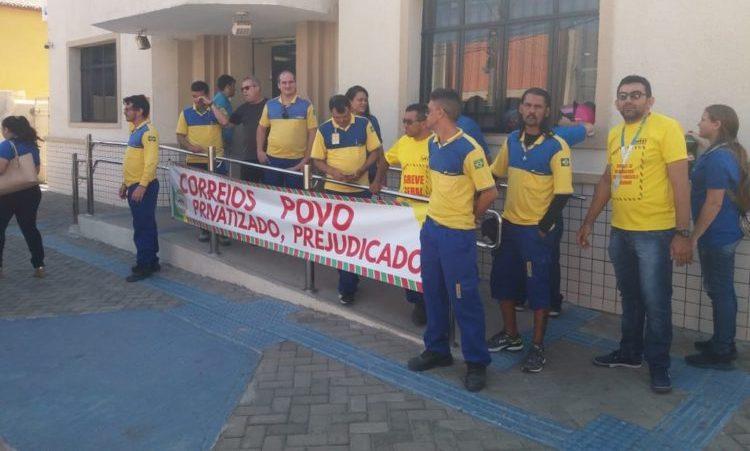 Funcionários dos Correios em greve e cobram direitos ameaçados