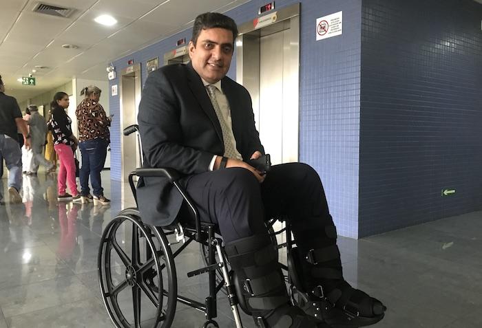 Abdala ainda usa cadeira de rodas e só fica em pé duas semanas