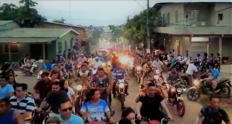 População de Coari toma ruas para festejar soltura de seu prefeito