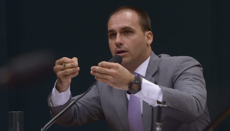 Juiz aumenta valor que E. Bolsonaro deve a jornalista da Folha