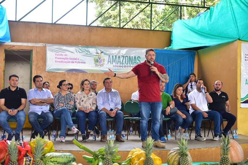 Com deputados, Almeida entrega implementos e libera emendas