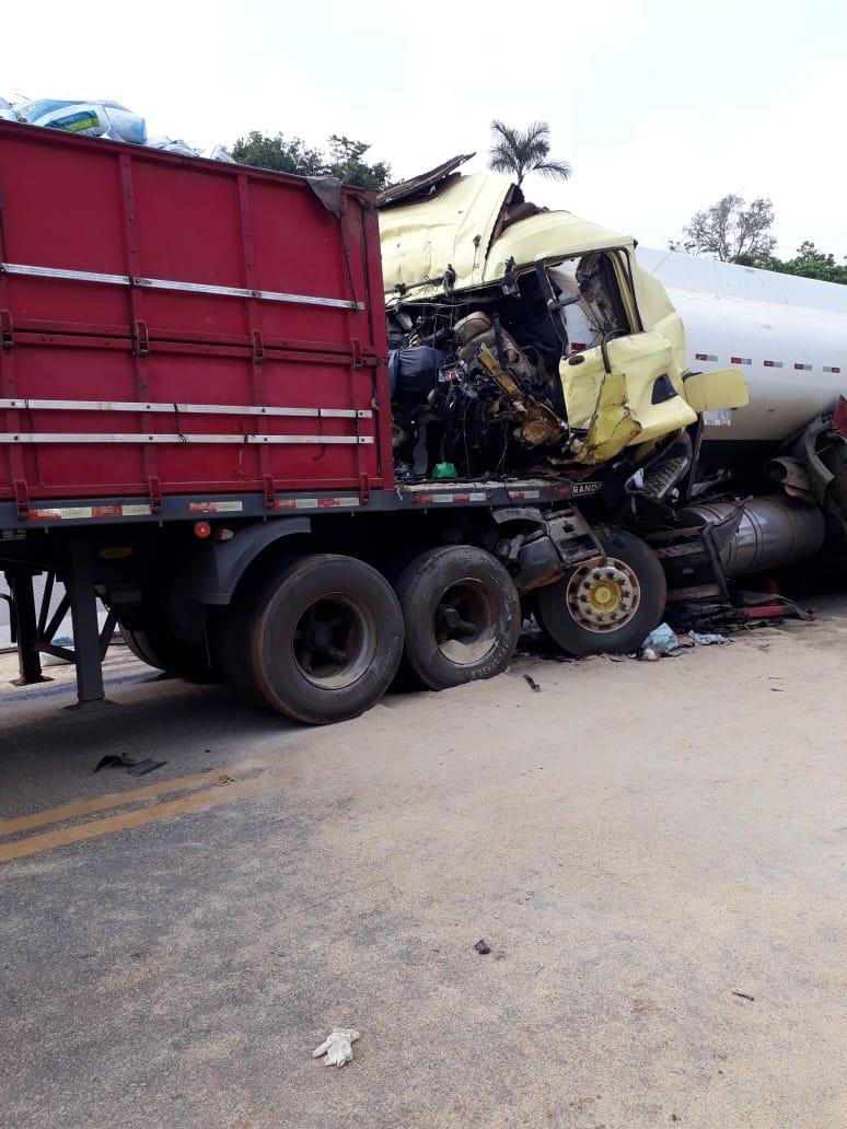 Motorista é esmagado em colisão entre carretas na BR-319