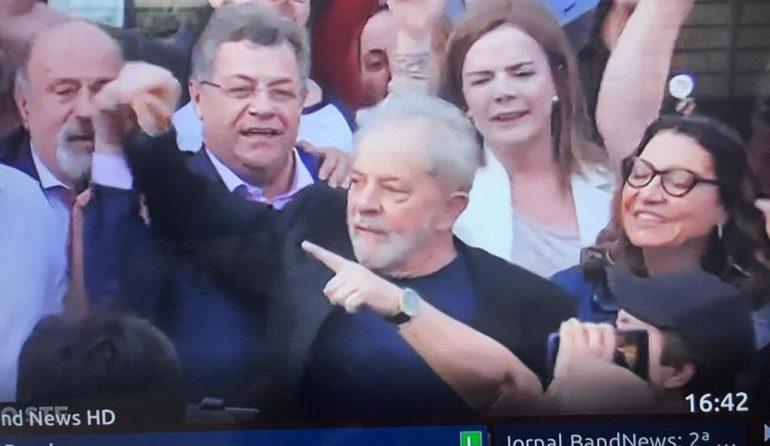 Lula está nas ruas de Curitiba com seguidores após 19 meses presos