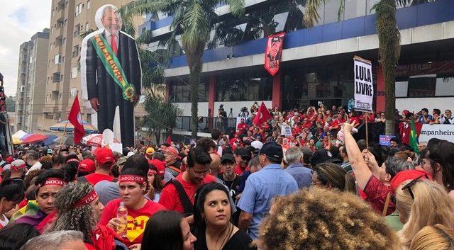 Lula é recebido com festa por petistas de São Bernardo do Campo