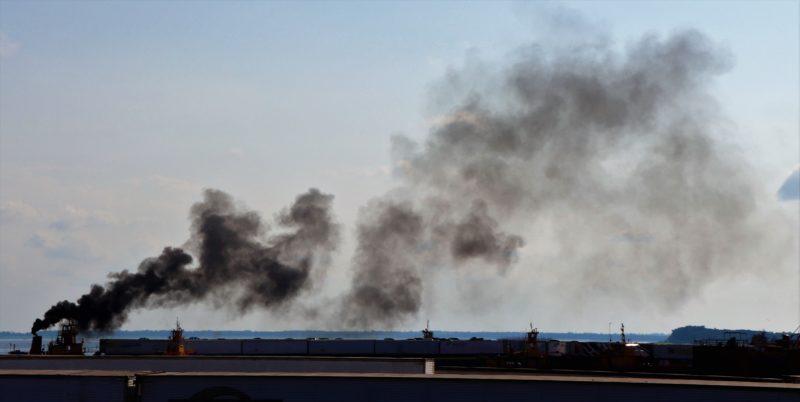 Empurrador joga poluição nos céus de Manaus, no encontro das águas
