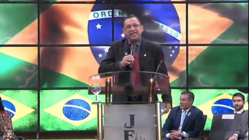 """Em culto com Bolsonaro, ministro diz """"estar armado só contra o diabo"""""""