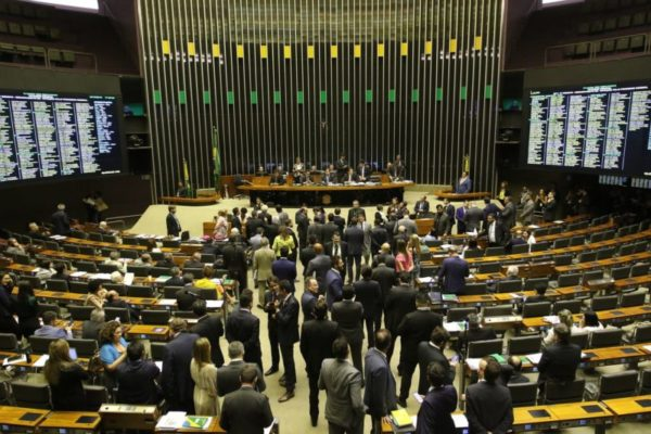 Sem prisão em segunda instância, deputados aprovam pacote de Moro