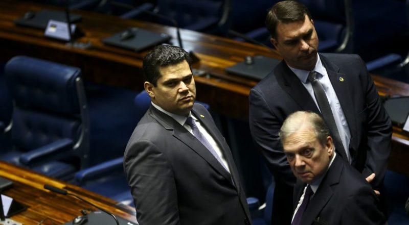 Alcolumbre descarta qualquer investigação do Senado contra Flávio Bolsonaro