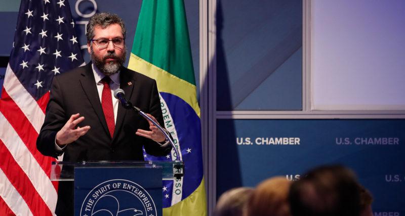 Ministro Ernesto Araújo 'defende' submissão do Brasil aos Estados Unidos