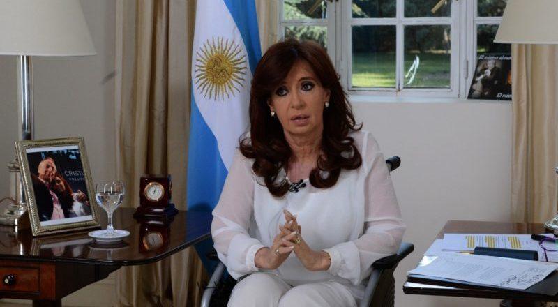 Cristina Kirchner assume governo e surpreende argentinos