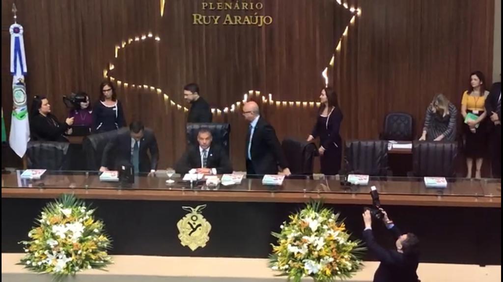 Presidente da ALE-AM evita estender a mão ao vice-governador