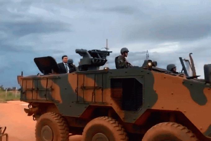 Moro usa tanque de guerra em visita a presídio dos chefes do PCC