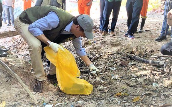 Ministro ambiental de Bolsonaro mete a mão no lixo em praia no AM