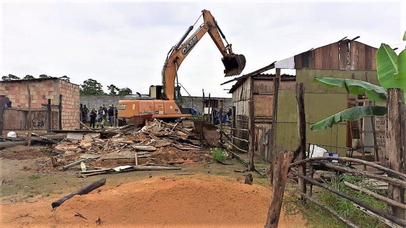 Veja primeiras imagens da derrubada de barracos na Monte Horebe