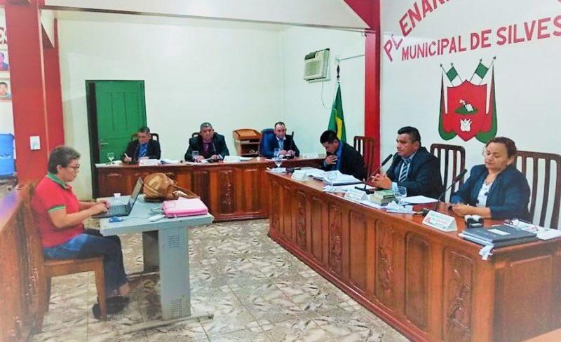 Câmara de Silves acolhe denúncias contra prefeito Queiroz e seu vice