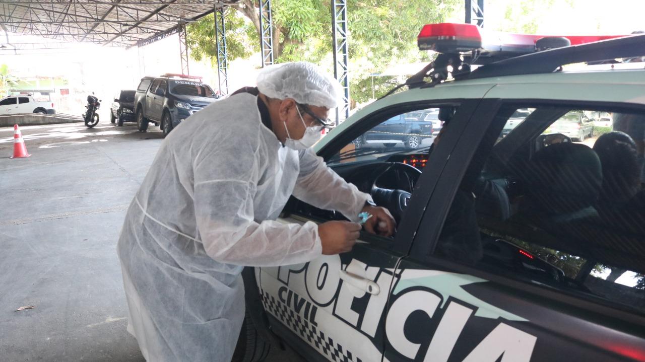"""Policiais e bombeiros são vacinados contra gripes em """"drive-thru"""""""