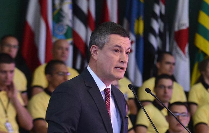 Bolsonaro demite diretor da PF, desmoraliza Moro e poupa filho de prisão