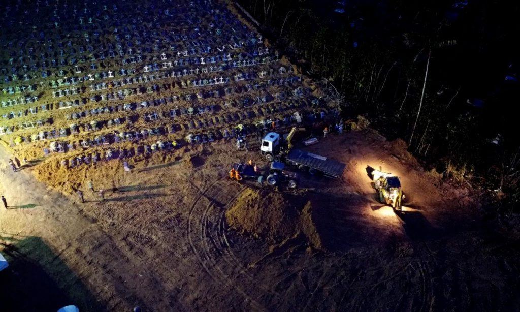 Cemitério Aparecida - enterro noturno - covas coletivas
