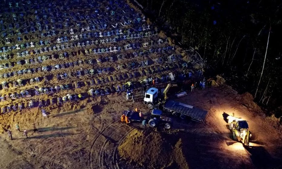 Cemitério faz enterros noturnos e associação prevê sacos em vez de caixões