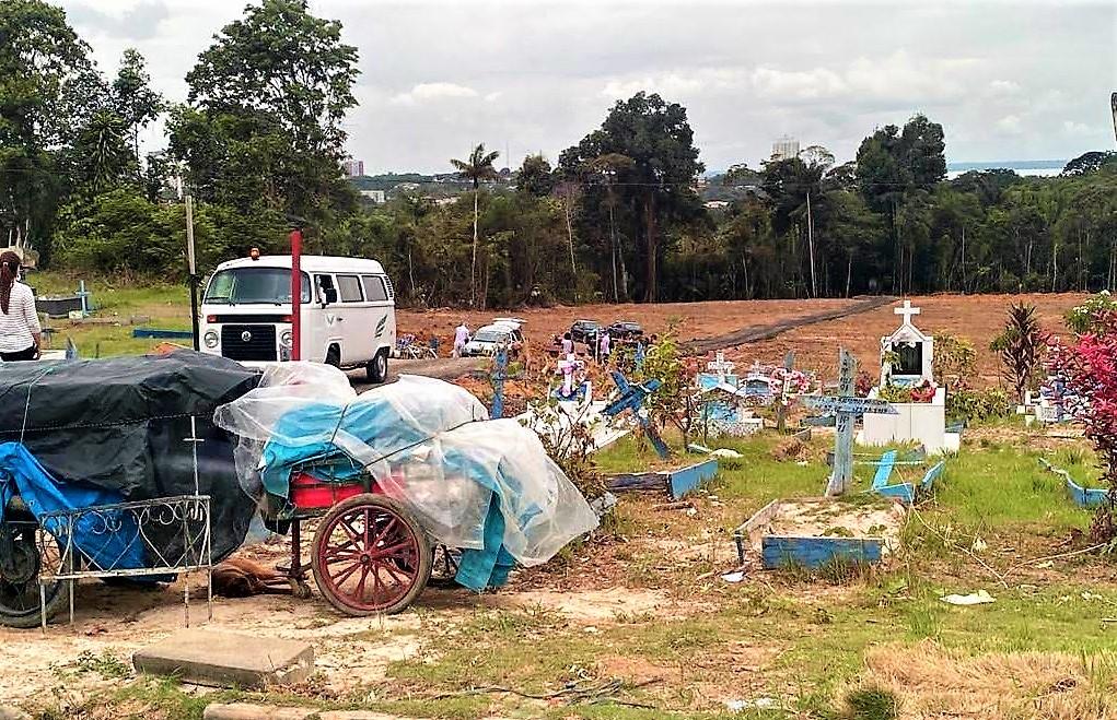 Aglomeração e coveiros sem EPI nos enterros em Manaus são notícia nacional