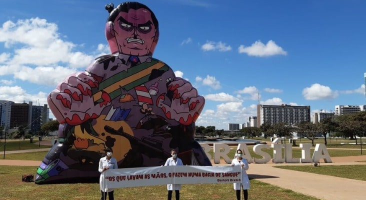 Boneco de Bolsonaro sujo de sangue é inflado na esplanada
