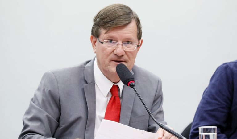 Deputado do AM faz emendas à MP de Bolsonaro que livra servidor de punição