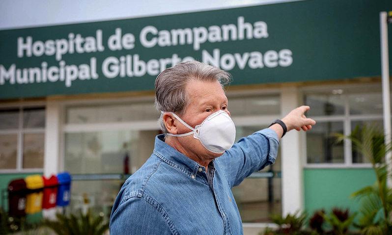 Arthur decide viajar a São Paulo para terminar tratamento do coronavírus