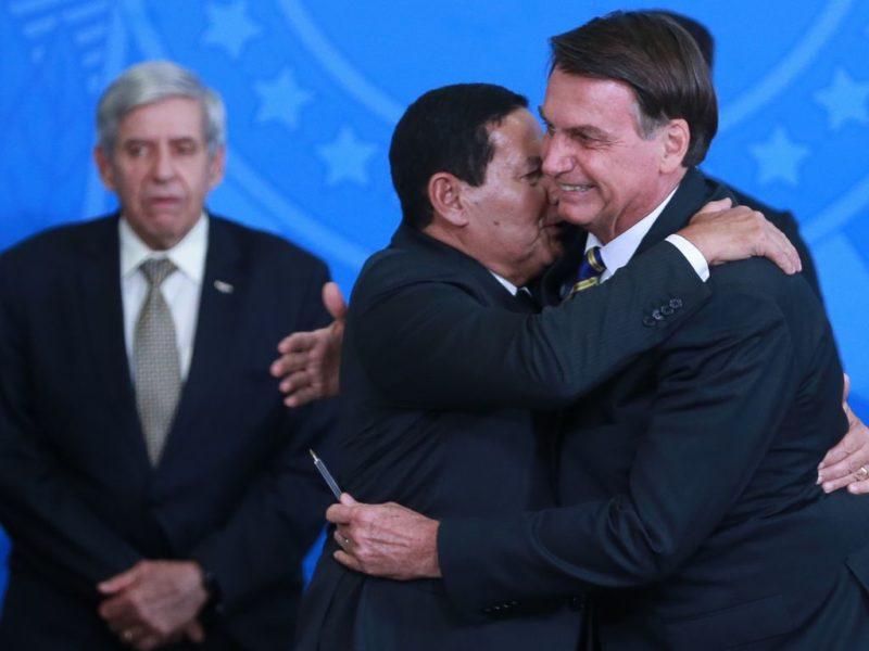 Bolsonaro tem 2,7 mil militares no Planalto e sinaliza com mais cargos