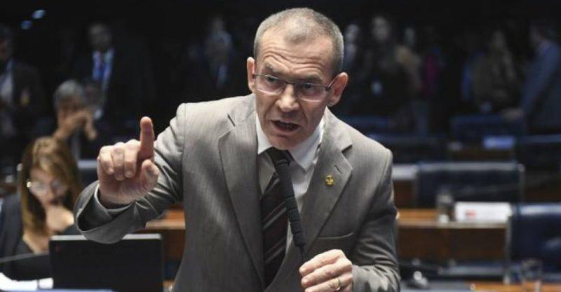 Senador da Rede pede apreensão do passaporte de ex-ministro