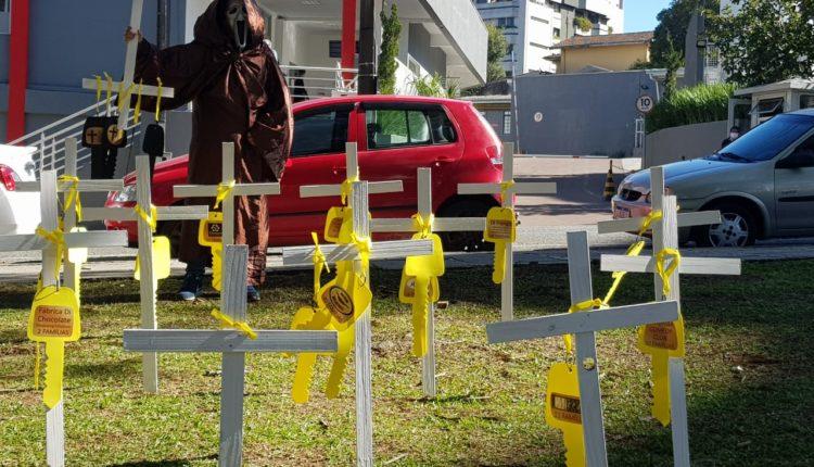 Donos de bar realizam ato por reabertura em frente a hospital