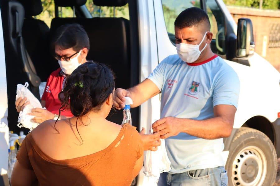 Prefeitura de Eirunepé distribui máscaras e álcool em gel à população