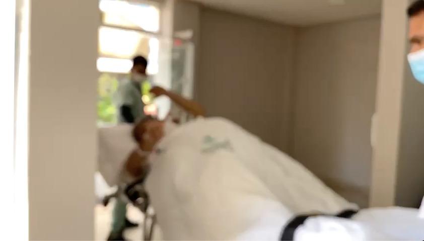 Josué Neto faz exame e deixa hospital em ambulância