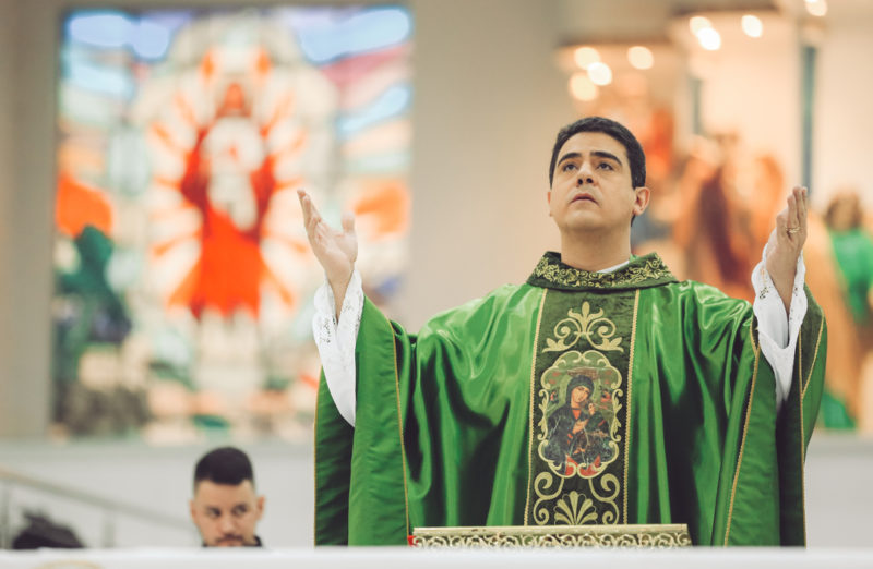 Padre nega desvio de R$ 120 milhões de doações de fiéis para ostentação