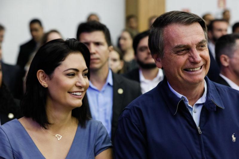 Esposa de Bolsonaro faz BO contra música 'Micheque', do Detonautas