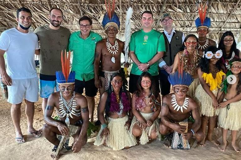 Irmãos Bolsonaro visitam aldeia indígena no AM sem máscaras de proteção